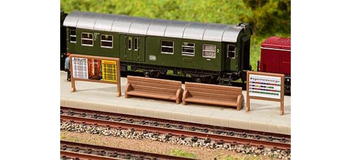 Modélisme ferroviaire :  FALLER F272904 - Bancs de quai, panneaux publicitaires