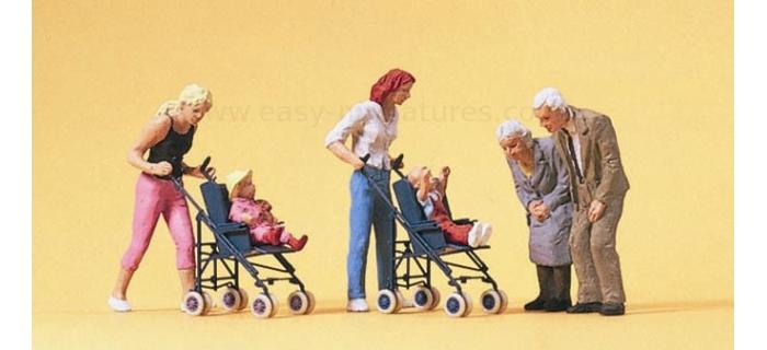 PR10493 - Maman bébé en poussette et grands parents - Preiser